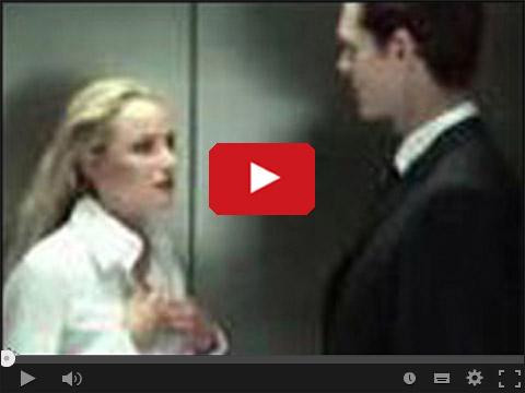 Z blondynką w windzie