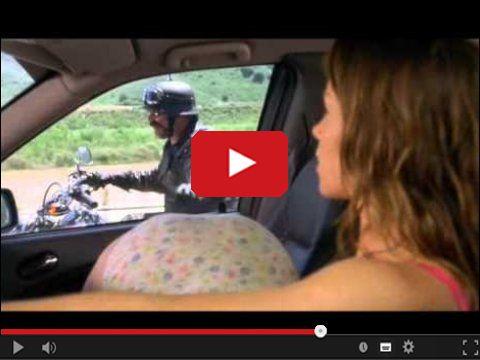 Dziewczyny w aucie i motocyklista