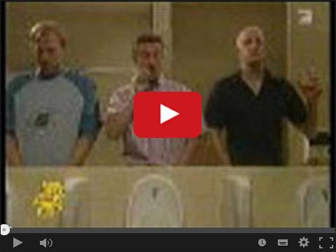 Trzech facetów w męskiej ubikacji