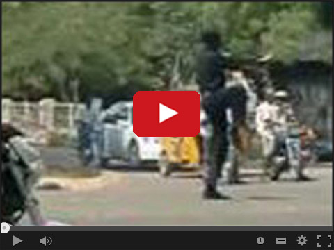 Nigeryjski policjant kieruje ruchem