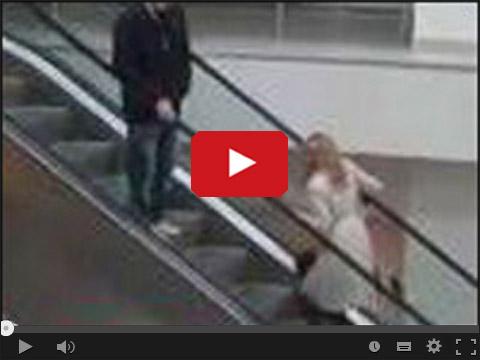 Blondynka i ruchome schody