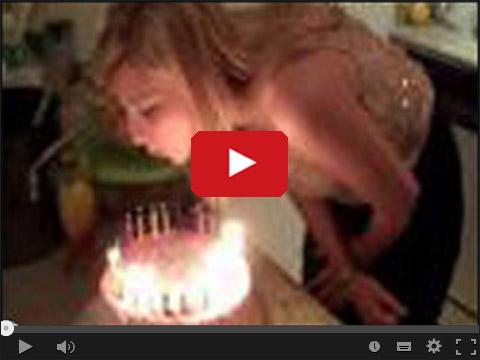 Blondynka dmucha świeczki