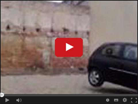 Opel Corsa burzy mur na budowie