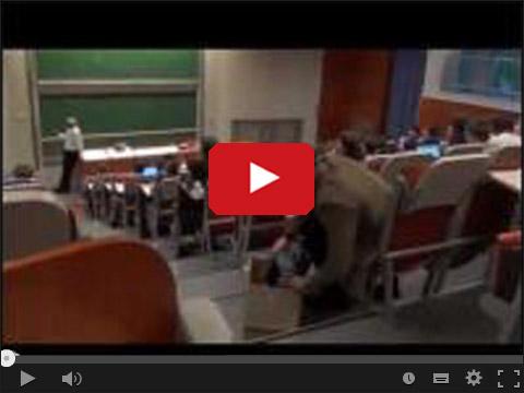 Student z maszyną do pisania na wykładzie