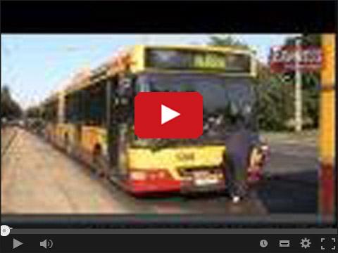 Autobus tonie w asfalcie