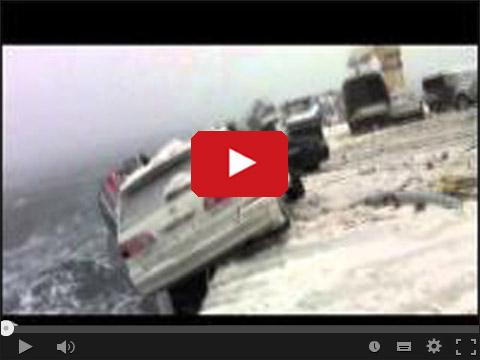 Samochody na promie podczas sztormu