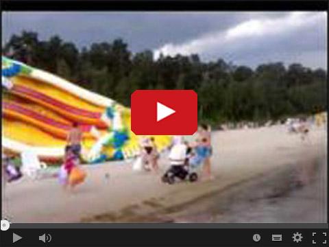 Dmuchana zjeżdżalnia na plaży