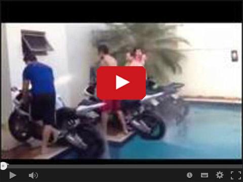 Motocyklem w basenie