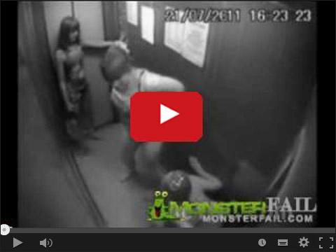 Dziewczyny robią siku w windzie