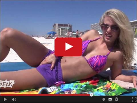 Blondynka z ptaszkiem na plaży