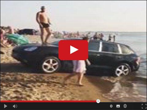 Samochód na plaży jako ślizgawka