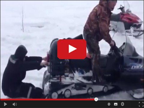 Głupia zabawa skuterem śnieżnym