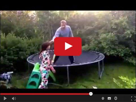 Tatuś pokazał córce jak się skacze na trampolinie