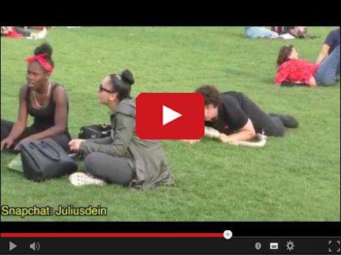 Sztuczny wąż dziewczyny i ukryta kamera