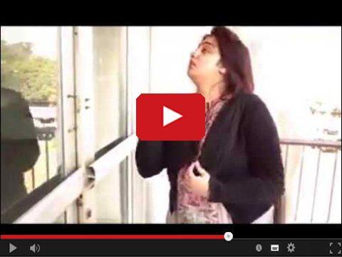 Dziewczyna szarpie się z otwartymi drzwiami