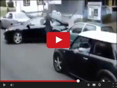 Kobieta parkuje samochód