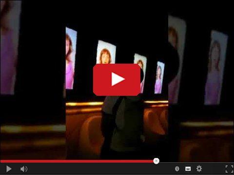 Męska toaleta z dziewczynami na monitorach