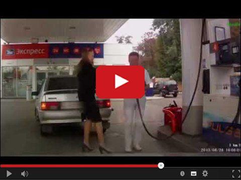 Kobieta i tankowanie samochodu
