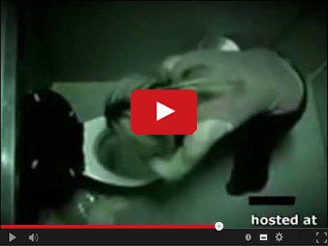 Pijana blondynka wpada głową do toalety