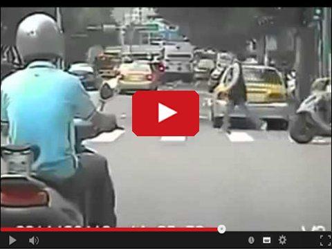 Pasażer ciągnięty za skuterem