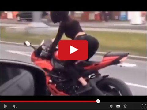Dziewczyna tańczy na motocyklu