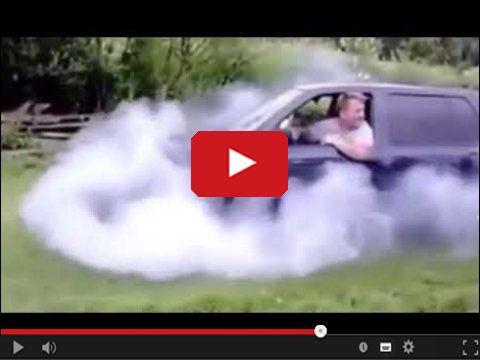 Tata pali gumę na trawniku