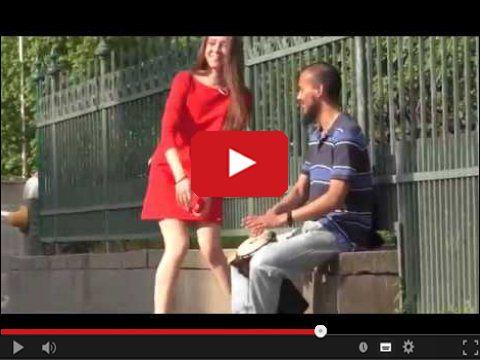Dziewczyna ściąga majtki na ulicy
