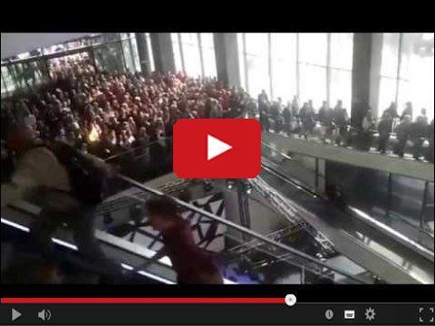 Promocja na otwarcie sklepu i walka na ruchomych schodach
