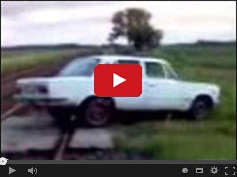 Polski Fiat 125 pali gumę