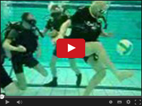 Podwodna piłka nożna w basenie
